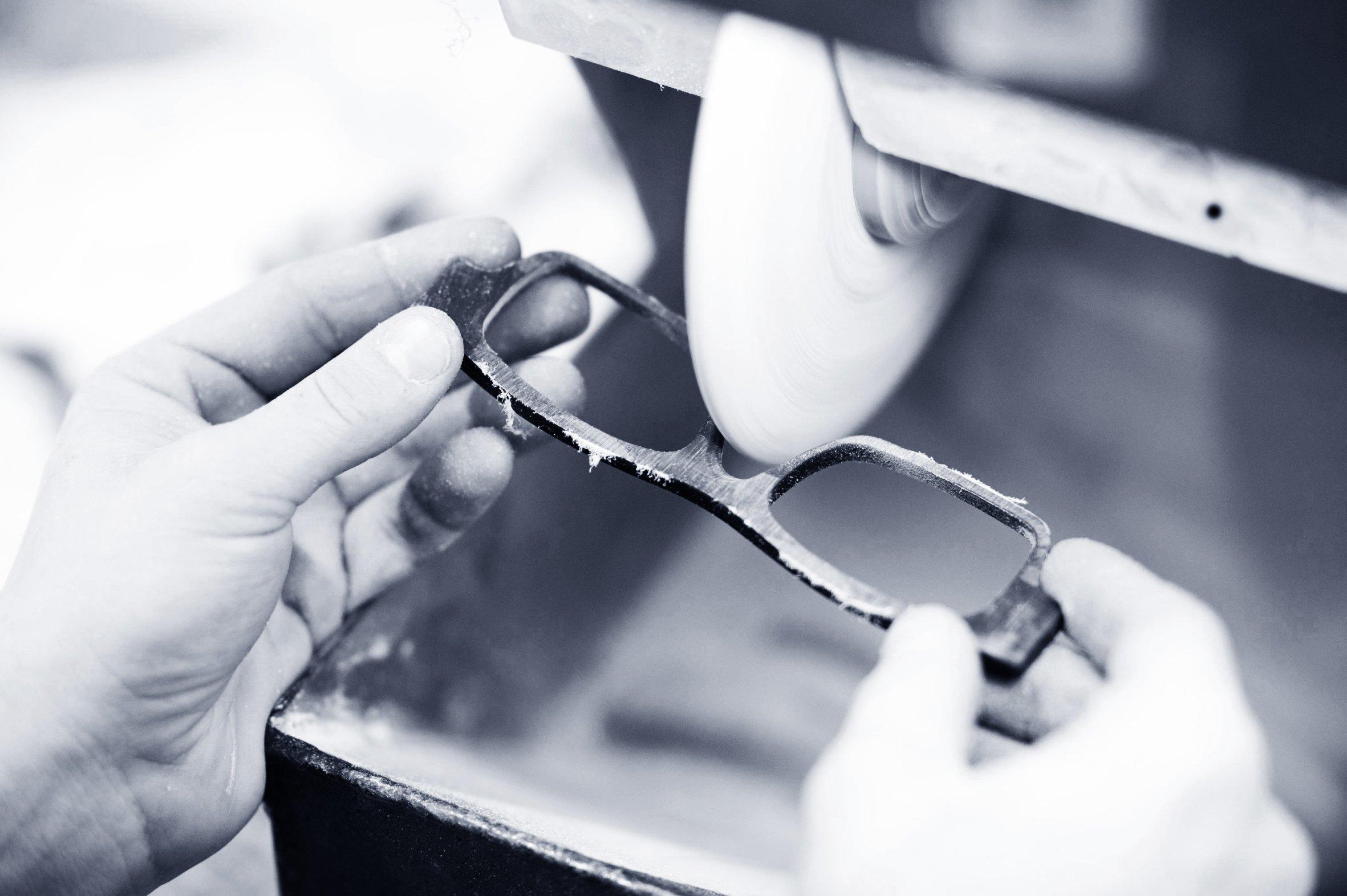 Façonner des lunettes personnalisées, le métier de Carlotti à Paris